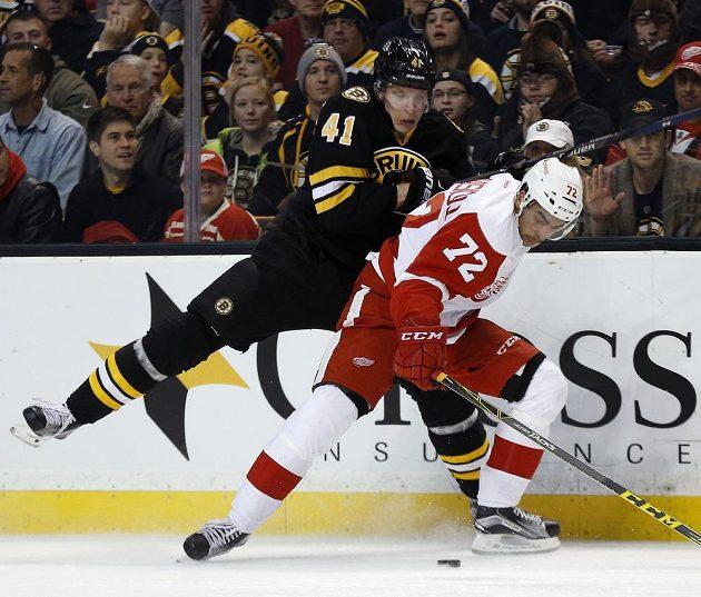 Finský útočník Joonas Kemppainen (41) z Bostonu Bruins v souboji s Andreasem Athanasiouem (72) z Detroitu Red Wings.