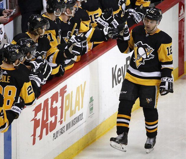 Dominik Simon z Pittsburghu přijímal gratulace od spoluhráčů po gólu ve třetí třetině duelu s Minnesotou.
