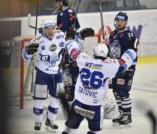 Brněnští hokejisté (zleva) Marcel Haščák a Martin Zaťovič se radují z gólu ve čtvrtém finále extraligy.