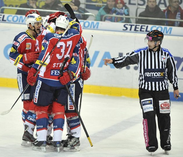 Hráči Pardubic se radují ze vstřeleného gólu na ledě Vítkovic.