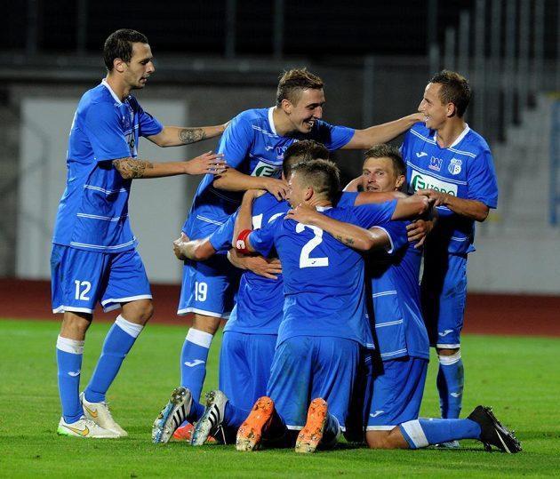 Ústečtí fotbalisté se radují ze čtvrtého gólu do sítě Slavie.