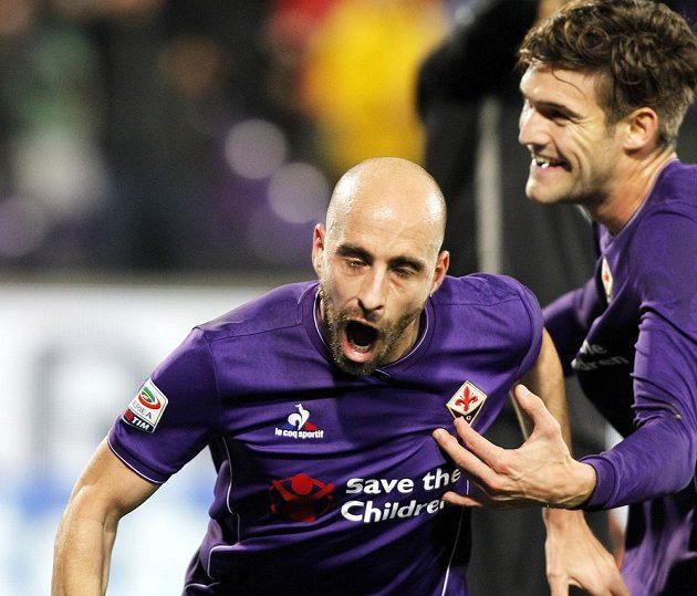 Borja Valero z Fiorentiny se raduje ze svého gólu proti Interu Milán.