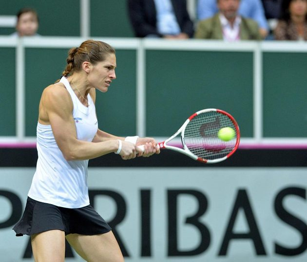 Němka Andrea Petkovicová odvrací míček v duelu s Petrou Kvitovou v úvodní dvouhře finále Fed Cupu.