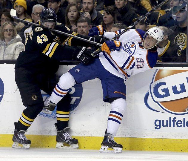 Aleš Hemský z Edmontonu (vpravo) v tvrdém souboji s Mattem Bartowskim z Bostonu.