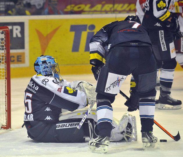 Brankář Vítkovic Filip Šindelář inkasoval gól z hole olomouckého obránce Pavla Skrbka. Na snímku vpravo je obránce Lukáš Zíb.