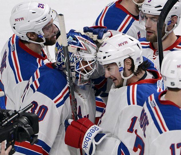 Brankář New Yorku Rangers Henrik Lundqvist (30) se společně se svými spoluhráči raduje z výhry nad Montrealem.