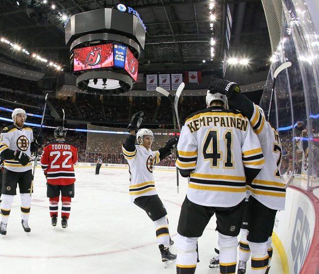 Hokejisté Bostonu slaví gól do sítě New Jersey Devils v zápase NHL.