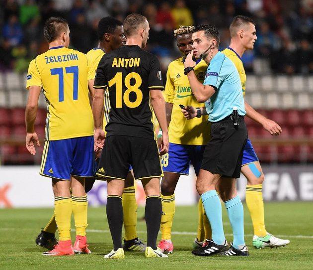 Hráč Tiraspolu Gheorghe Anton debatuje s rozhodčím zápasu Andrewem Dallasem. Přihlížejí hráči Zlína (zleva) Lukáš Železník, Ibrahim Benjamin Traore a Ubong Moses Ekpai.