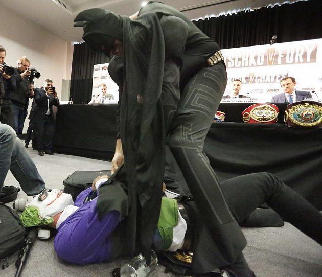 Tyson Fury jako Batman přepral v komické scéně nepřítele Jokera. Má se Vladimir Kličko bát?
