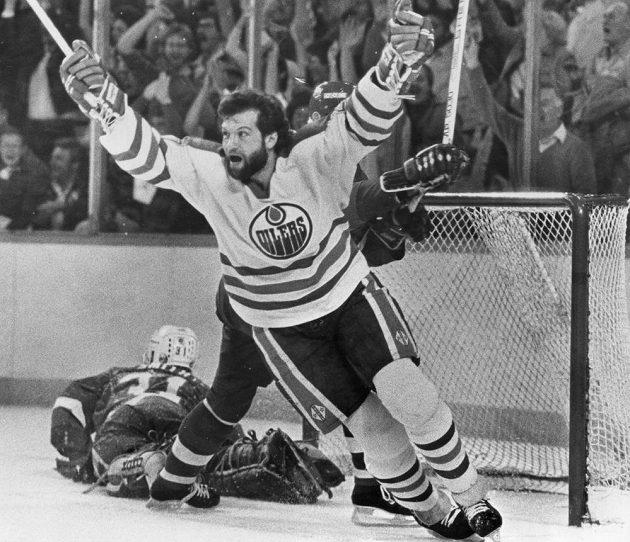 Archivní fotografie z roku 1984 - Dave Semenko v dresu Edmontonu oslavuje gól, který vstřelil Wayne Gretzky (není na snímku). Na ledě leží Billy Smith, tehdejší brankář New York Islanders.