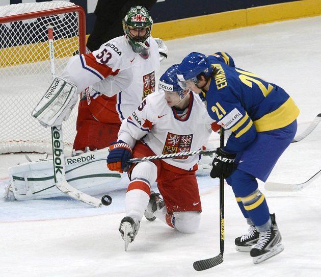 Švédského útočníka Louie Erikssona brání Ladislav Šmíd, vlevo český brankář Alexander Salák.