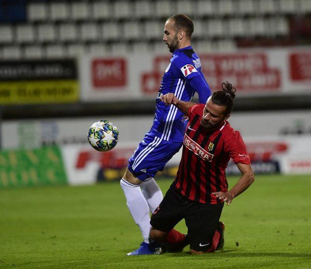 Zleva Tomáš Zahradníček z Olomouce a Pavel Zavadil z Opavy v utkání 9. kola fotbalové ligy.