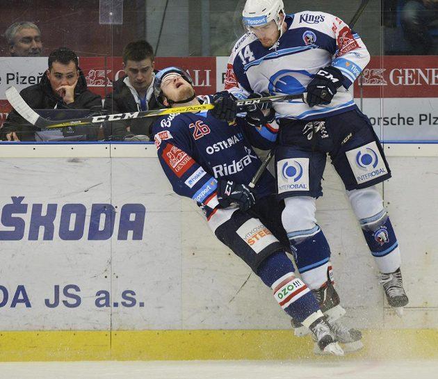 David Květoň z Vítkovic to od plzeňského Petra Čerešňáka v předkole play off hokejové extraligy pořádně schytal.