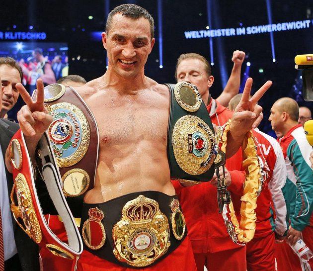 Vladimir Kličko, šampión organizací IBF, WBA, WBO a IBO s mistrovskými pásy.