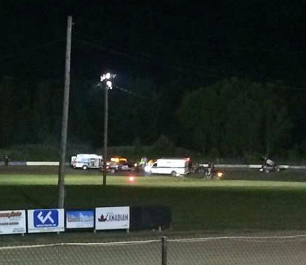 Snímek z nehody, při které Tony Sewart srazil Kevina Warda, jenž svým zraněním podlehl.