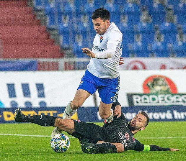 Fotbalista Baníku Ostrava Rudolf Reiter a Josef Hušbauer ze Slavie během utkání MOL Cupu.
