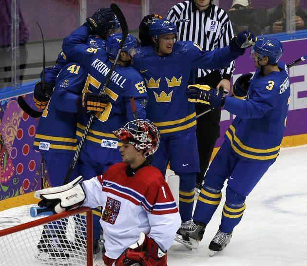 Patrik Berglund (druhý zprava) se v klubku švédských spoluhráčů raduje z druhého gólu. Vpředu český brankář Jakub Kovář.