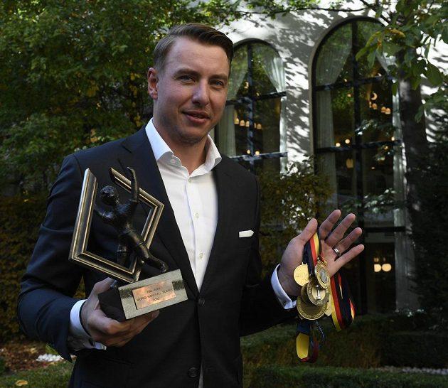 Filip Jícha s trofejí pro nejlepšího házenkáře světa, kterým byl vyhlášen v roce 2010, a s medailemi, které během své kariéry vyhrál.
