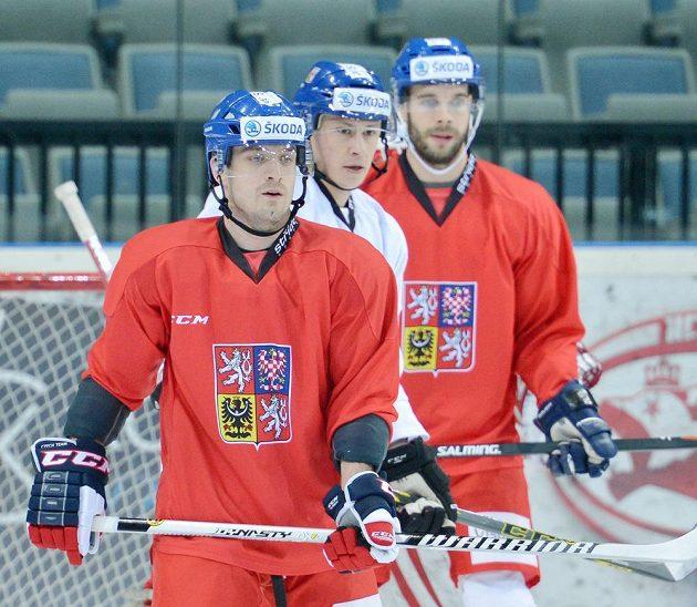 Zleva Petr Koukal, Martin Ševc a Michal Vondrka při tréninku české hokejové reprezentace před duelem s Ruskem.