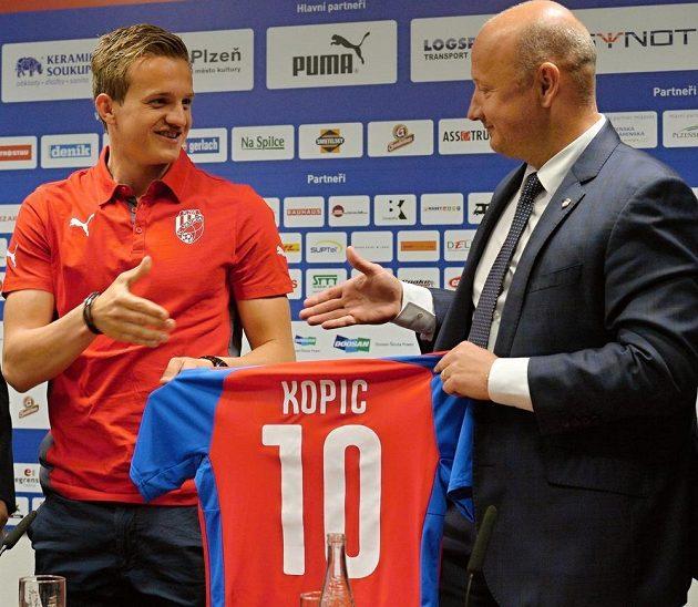 Záložník Jan Kopic si po přestupu zu Jablonce do Plzně podává ruku s generálním manažerem Viktorie Adolfem Šádkem.