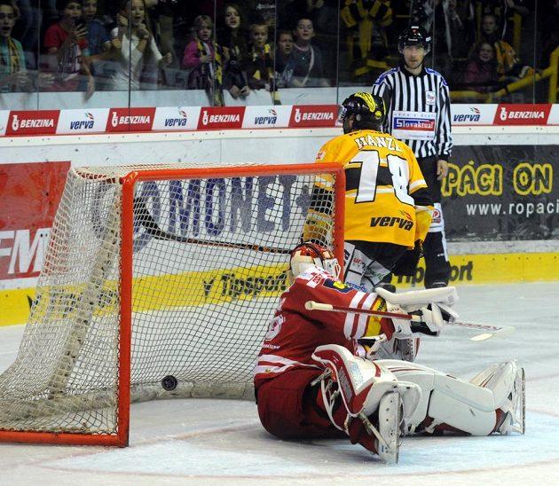 Litvínovský útočník Robin Hanzl střílí rozhodující gól v samostatných nájezdech. V brance Třince je Šimon Hrubec.