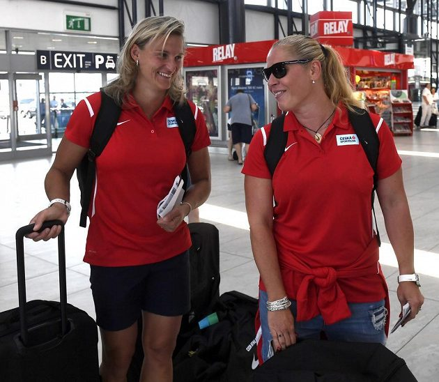 Oštěpařka Barbora Špotáková (vlevo) a bývalá diskařka Věra Cechlová Pospíšilová před odletem do Lille.