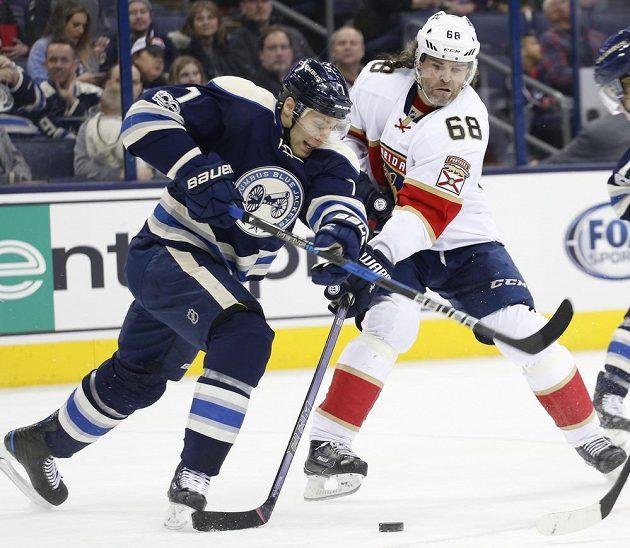 Český útočník Jaromír Jágr v dresu Floridy bojuje v utkání NHL s Jackem Johnsonem z Columbusu Blue Jackets. Florida prohrála 1:2.
