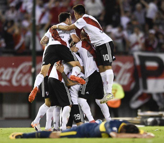 Nadšení hráčů River Plate po Ponziově gólu.
