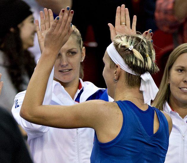 Česká tenistka Tereza Smitková (vpředu) při vítězné oslavě s Karolínou Plíškovou.