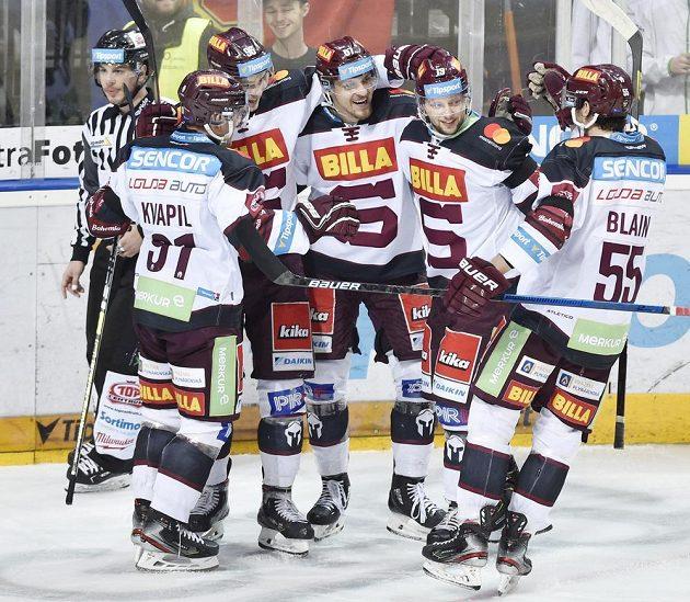 Hokejisté Sparty se radují z gólu proti Zlínu.