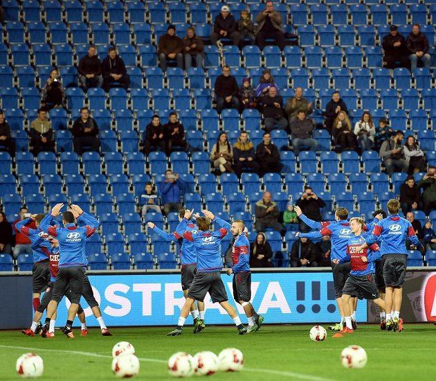 Čeští fotbalisté si zatrénovali před ostravskými tribunami.