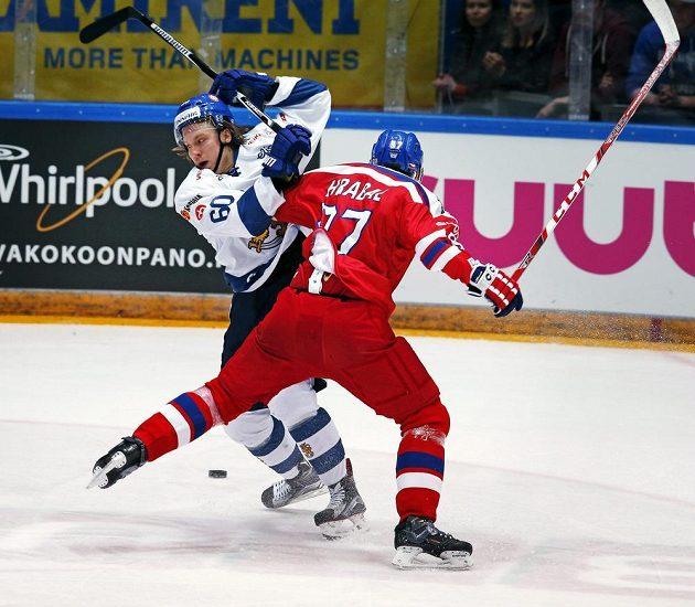 Finský útočník Markus Granlund (vlevo) v souboji s českým obráncem Josefem Hrabalem v zápase Euro Hockey Tour.