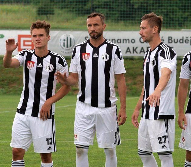 Tomáš Sivok (uprostřed) nastupuje k zápasu proti Vlašimi. Dres Dynama oblékl poprvé od listopadu 2003.