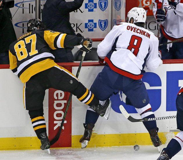 Dvě největší hvězdy - pittsburský Sidney Crosby (87) a Alexandr Ovečkin (8) z Washingtonu.