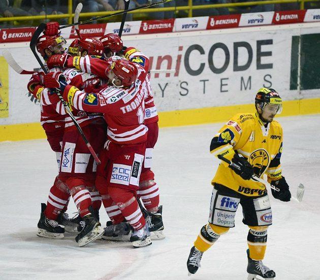 Radost hokejistů Třince ze čtvrtého gólu.