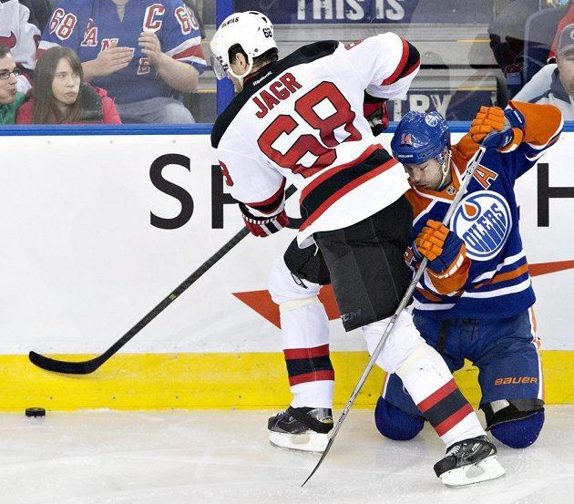 Jaromír Jágr si bourá cestu podél mantinelu na úkor opory Edmontonu Oilers Jordana Eberleho.
