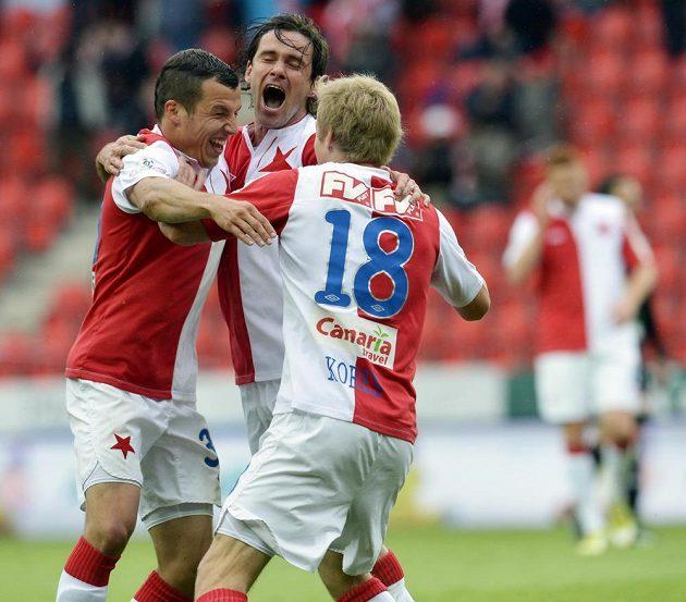 Střelec gólu Slavie Karol Kisel (uprostřed) se raduje se svými spoluhráči Martinem Dostálem (vlevo) a Štěpánem Korešem.