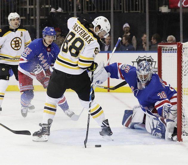 Takhle akrobaticky si David Pastrňák zpracoval odražený puk a poslal ho za záda brankáře New York Rangers Henrika Lundqvista.