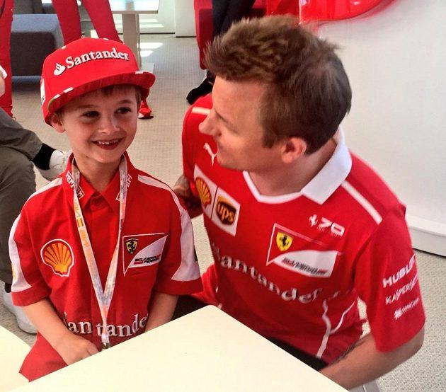 Je mi trochu velká, ale vůbec nevadí! Thomas právě dostal kšiltovku od Kimiho Räikkönena, který ho uvítal v padoku.