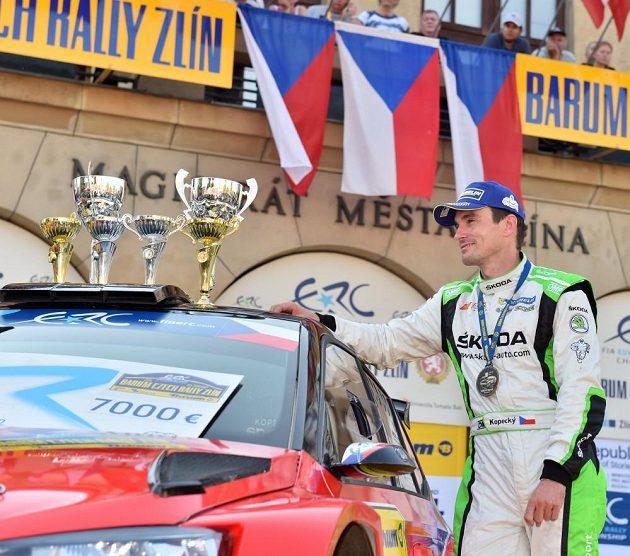 Jan Kopecký s trofejemi za vítězství na Barum Rallye.
