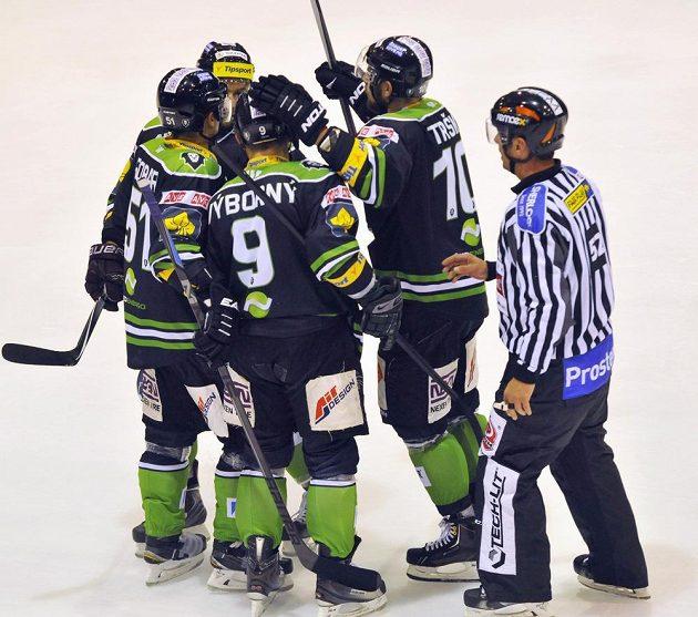 Hokejisté Mladé Boleslavi slaví gól na ledě Olomouce, který vstřelil David Výborný (zády uprostřed).