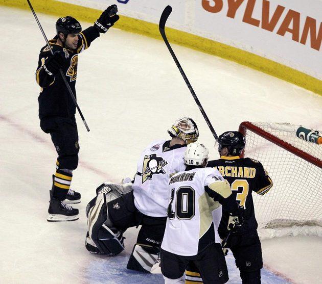 První puk, který se dostal v utkání Penguins a Bruins do sítě, skončil sice v bráně Tomáše Vokouna, z výhry se ale nakonec radoval Pittsburgh.