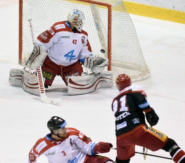 Druhý gól Hradce, inkasuje brankář Olomouce Branislav Konrád, vlevo David Škůrek a vpravo střelec branky Tomáš Knotek z Hradce Králové.