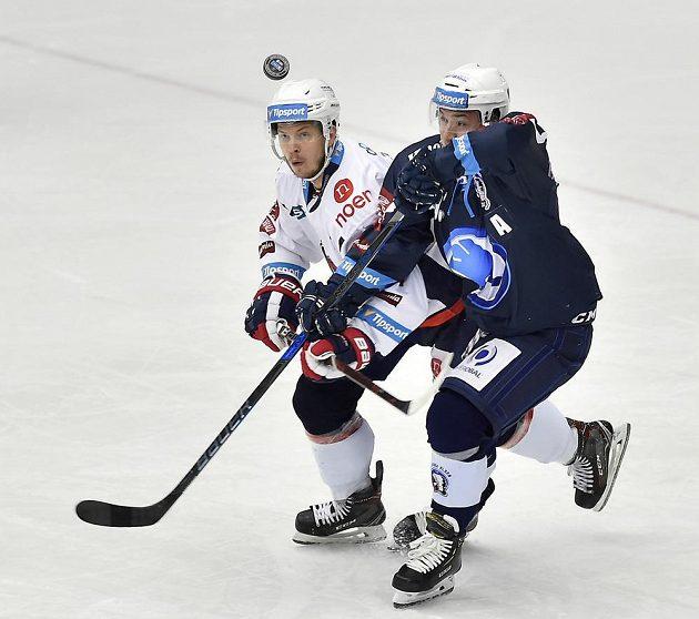 V hokejové extralize málem došlo na hlavičkový souboj. Za pukem se hrnou zleva Pavel Klhůfek z Chomutova a Jan Kovář z Plzně.