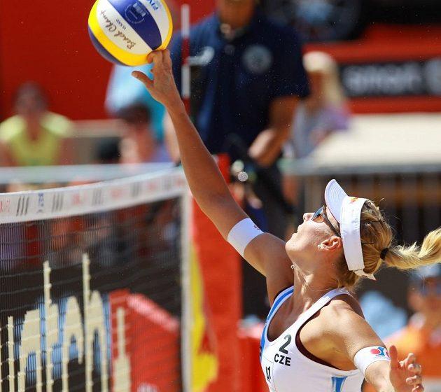 Markéta Nausch Sluková smečuje během osmifinálového zápasu s USA.