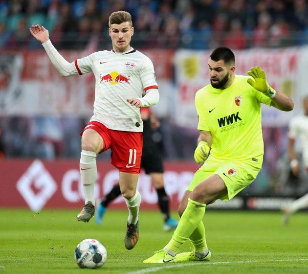 Fotbalista Lipska Tomo Werner v akci před českým gólmanem Augsburgu Tomášem Koubkem během bundesligového utkání.