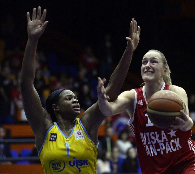 Basketbalistka Gintare Petronyteová z Krakova (vpravo) se snaží prosadit přes Kiu Vaughnovou z USK Praha.