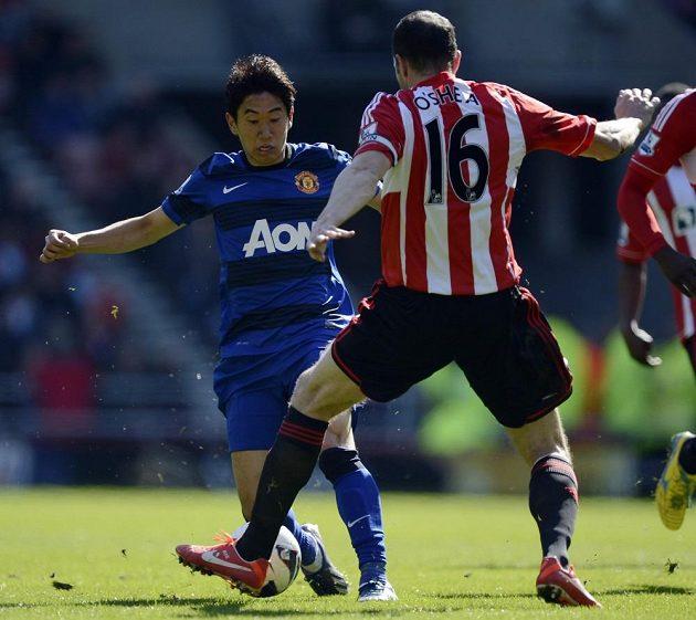 John O´Shea ze Sunderlandu brání Shinji Kagawu z Manchesteru United.