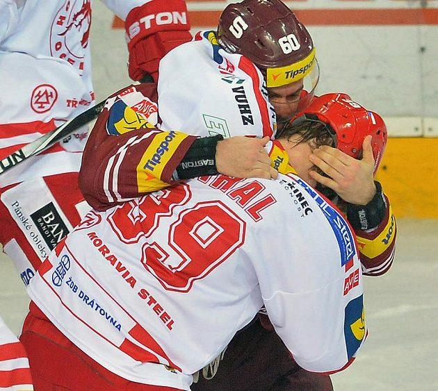 Tomas Rolinek ze Sparty a Tomáš Plíhal z Třince (zády) v šarvátce.
