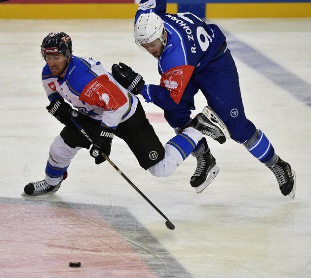 David Mcintyre z Zugu a Radim Zohorna z Brna v utkání osmifinále hokejové Ligy mistrů.